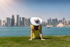De reizigersvrouw geniet van de mening aan de horizon van Doha, Qatar stock afbeeldingen