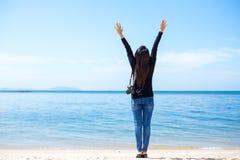 De reizigersvrouwen zien het mooie strand en de blauwe hemel, Royalty-vrije Stock Afbeelding