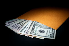 De Rekeningen van de dollar in Duidelijke Bruine Envelop als Zwijggeld Royalty-vrije Stock Afbeeldingen