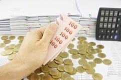 De rekeningen van de mensenholding op gouden muntstukken Stock Foto's