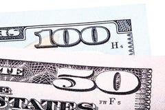 de rekeningen van het 100 en 50 die dollarsbankbiljet op witte achtergrond worden geïsoleerd Stock Foto