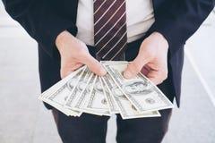 De rekeningen van de het geldamerikaanse dollar van de bedrijfsmensenholding royalty-vrije stock foto's