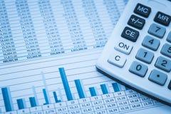 De rekenschap gevende financiële aantallen van de spreadsheetgegevens van de bankwezenvoorraad met calculator in blauw financiële stock foto's