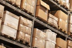 De rekken met dozen zijn in opslag Stock Foto's