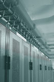 De rekken van Datacenter en luchtkabelbeheer Stock Foto
