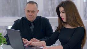 De rekrutering, bedrijfsgepensioneerde communiceert met wijfje en het werk aangaande laptop close-up stock videobeelden