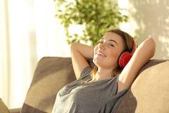 De relajación y que escucha música adolescente en casa Imagen de archivo