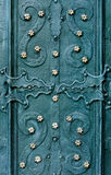 De in reliëf gemaakte metaal groenachtig blauwe achtergrond met barokke details en met het goud van het knopenmetaal bloeit Royalty-vrije Stock Foto