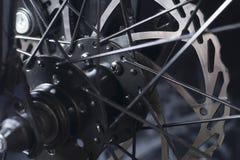 De rem van de fietsschijf vooraan wiel wordt geïnstalleerd dat stock afbeelding