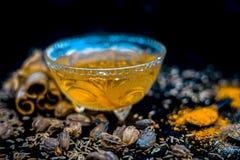 De remedie van het Ayurvedichuis voor Muffe Neus: Kardemom, kaneel, komijn en zwarte peper met zout met warm water stock afbeeldingen