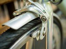 De remmen en het wiel van de close-upfiets op uitstekende fiets stock afbeelding