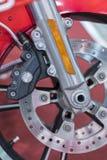 De remmen sluiten omhoog op een Motorfiets De rem van de motorschijf Verticale foto stock afbeelding