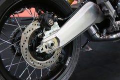 De remmen van de motorfietsschijf worden vereist om meer greep te verstrekken aan de banden en de ruiters toe te laten om tijdens stock foto