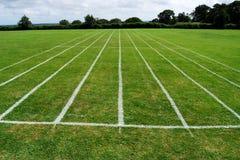 De renbaan van de atletiek op gras Royalty-vrije Stock Foto