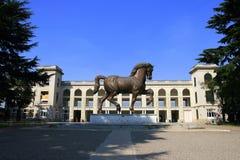De renbaan van Milaan met standbeeld Royalty-vrije Stock Afbeeldingen