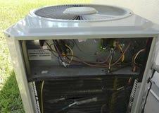 De Reparatie van de AirconditionerWarmtepomp stock afbeeldingen