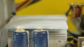 De reparatie van de computervoeding Gepruilde, ongeschikte condensator stock videobeelden
