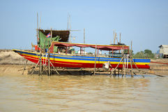De reparatie van de boot bij Sap Tonle Stock Afbeelding
