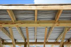 De reparatie van de dakcontractant Houten dakbouw In de stad van Moskou Stock Fotografie