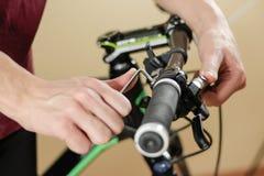 De reparatie van de fiets Fiets het bevestigen De werken van de hexuitdraaimoersleutel De mens vormt Th Stock Foto