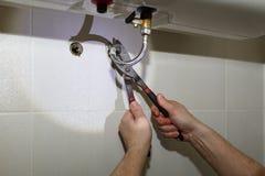De reparatie van de waterverwarmer royalty-vrije stock afbeeldingen