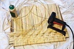 De Reparatie van het meubilair/Ambachten /Caning stock foto's