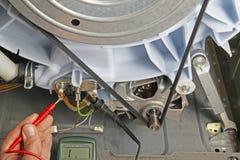 De reparatie van het wasmachinetoestel stock afbeeldingen