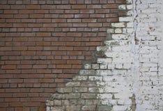 De reparatie van oude bakstenen muur met de nieuwe witte muur van de stenen Witte steen en gepleisterde rode bakstenen muur voor  Royalty-vrije Stock Afbeelding