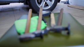 De Reparatie van de Paintlessdeuk Overzicht van hulpmiddelen om deuken te herstellen zonder het schilderen De hamers met rubber l stock footage
