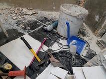 De reparatiebouw met hulpmiddelen en hamer, beitel, mes, borstel, blik en meetlint stock foto