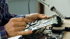 De reparatiemotherboard van de micro-elektronicacomputer stock footage