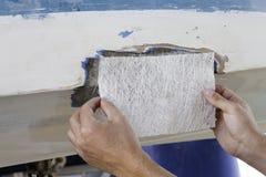 De reparatieproces van de polyesterboot stock foto