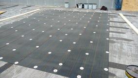 de reparaties van het daklek lopend op Commercieel vlak dak; dakwerk royalty-vrije stock foto