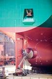 De reparaties van het schip in droogdok Stock Afbeelding