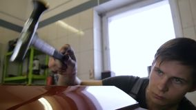 De Reparatieverwijdering van de Paintlessdeuk Kraan onderaan Rubber de Hamer Autolichaam van de Hulpmiddelendeuk De kerelslagen m stock video