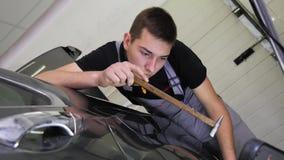 De Reparatieverwijdering van de Paintlessdeuk Kraan onderaan rubber de hamer autolichaam van de hulpmiddelendeuk De kerelslagen m stock videobeelden