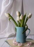 De ressort toujours la vie avec le bouquet blanc de fleur de tulipe Photos stock