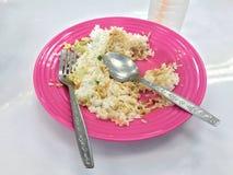 De resterende rijst op een plaat is de bak van de voedselvuilnisbak, is tevreden voedsel royalty-vrije stock foto