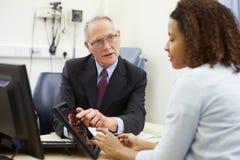 De Resultaten van artsenshowing patient test op Digitale Tablet stock foto's
