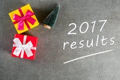 de resultaten van 2017 - tekst op een donkere achtergrond met Kerstmisdecoratie Het concept verwezenlijkingen en mislukkingen van Stock Fotografie