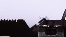De resultaten voor de marathon worden getypt op een retro schrijfmachine Sluit omhoog stock footage