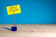 de resultatentekst van 2017 op a op nota bij blauwe achtergrond met lege ruimte voor tekst, malplaatje en model Royalty-vrije Stock Foto's