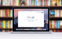 De Retina van Apple MacBook Pro met een open lusje in Safari die Google-onderzoeksWeb-pagina toont stock afbeelding