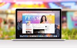 De Retina van Apple MacBook Pro met een open lusje in Safari die Katy Perry Twitter-Web-pagina toont stock afbeelding