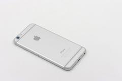 De retour d'Apple Iphone 6 dans la couleur blanche s'étendant sur le fond blanc Image libre de droits