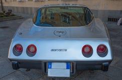 De retour d'une vieille voiture grise de Corvette images stock