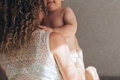 De retour de la mère et du bébé Photo stock