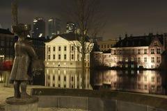 De retour des mauritshuis au hofvijver photographie stock