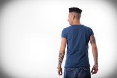 De retour du jeune homme à la mode regardant à un côté l'espace vide de copie Photo stock