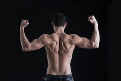 De retour du jeune homme musculaire sans chemise faisant le double Image libre de droits